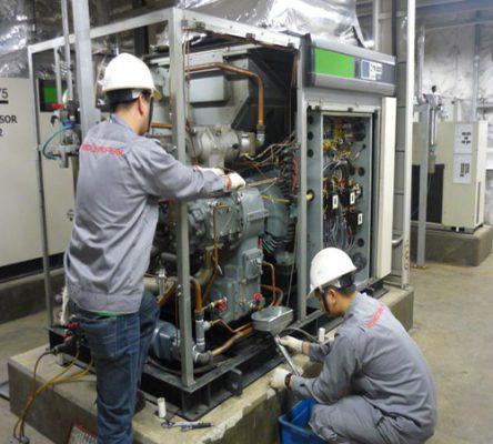 Nhân viên kiểm tra máy nén khí